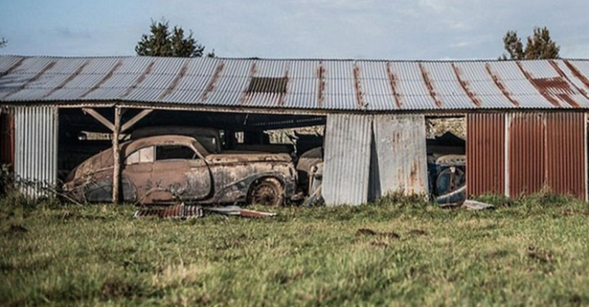 17 Eerie Pics Of Priceless Antique Cars