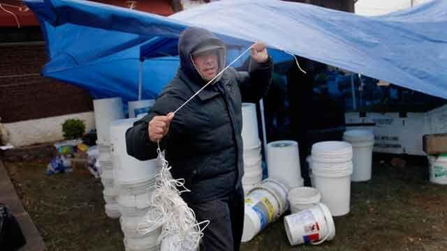 Hurricane Sandy victims help each other on Staten Island