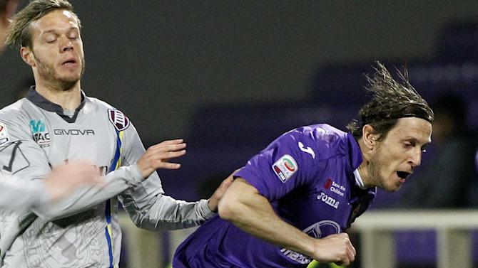 Fiorentina's Massimo Ambrosini, right, is challenged by Chievo's Dejan Lazarevic, during a Serie A soccer match between Fiorentina and Chievo Verona, at the Artemio Franchi stadium in Florence, Italy, Sunday March 16, 2014