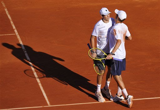 Bryans win, US trails Spain 2-1 in Davis Cup