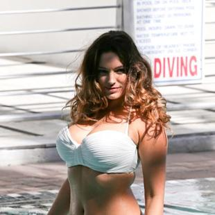 Kelly Brook posa per uno shooting a Miami in bikini bianco
