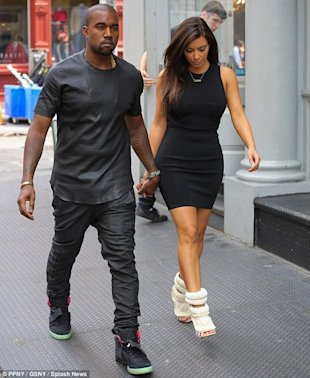 Kanye West y Kim Kardashian via Daily Mail
