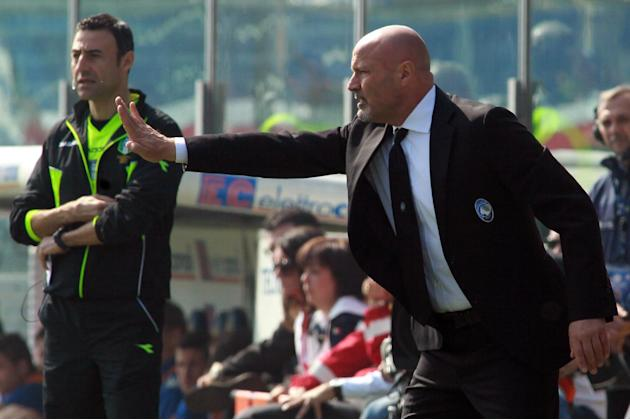 Atalanta's coach Stefano Colantuono gives directions to his players during a Serie A soccer match between Atalanta and Sampdoria in Bergamo, Italy, Sunday, March 16, 2014