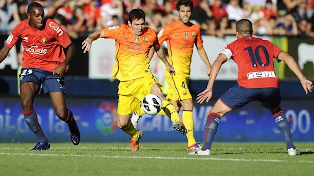 Barcelona's Argentinian Lionel Messi (C) vies with Osasuna's Patxi Punal (R) and Raoul Loe (L) during the Spanish football match between CA Osasuna and FC Barcelona at the Reyno de Navarra stadium in Pamplona on August 26, 2012 (AFP)
