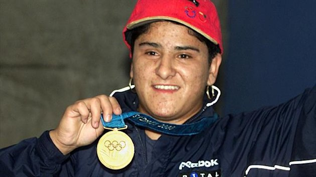 Mexican weight lifter, Soraya Jimenez shows her Olympic gold medal as she arrives in Mexico City, September 29, 2000 (Reuters)