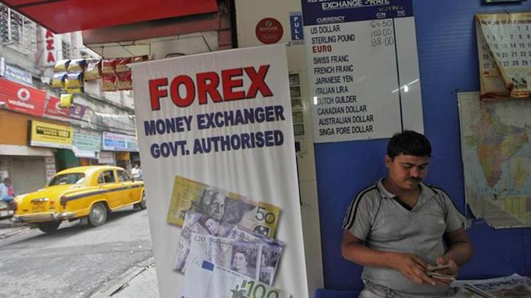 A customer counts currency inside a currency exchange shop in Kolkata August 29, 2013. REUTERS/Rupak De Chowdhuri/Files