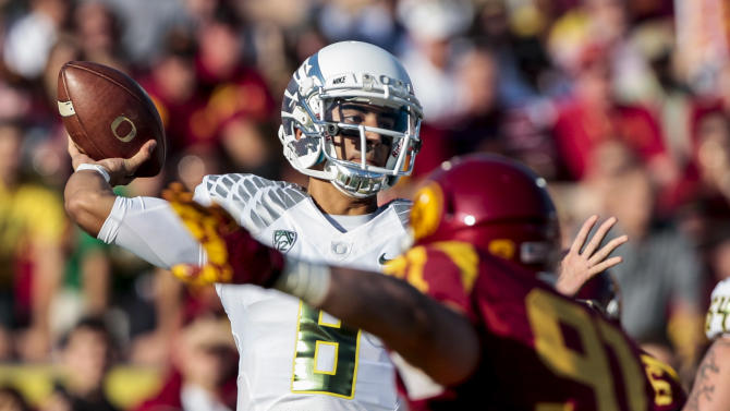 Oregon quarterback Marcus Mariota (8) throws a pass during the first half of an NCAA college football game against Southern California, Saturday, Nov. 3, 2012, in Los Angeles. (AP Photo/Bret Hartman)