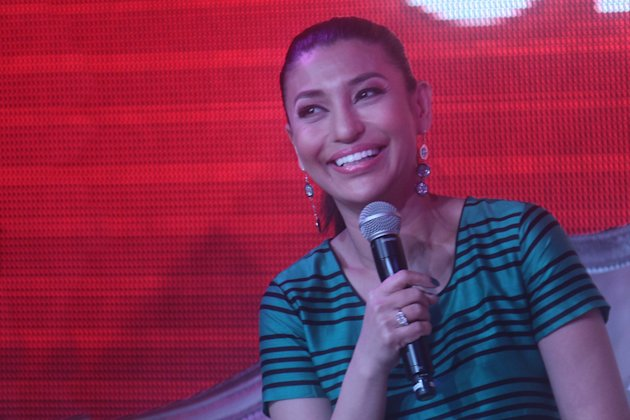 "Lani Misalucha gives the audience a short preview of what's in store in her upcoming concert on November 28, as part of Resorts World's Christmas celebration titled ""Grand Fiesta 2012"". (NPPA Images)"