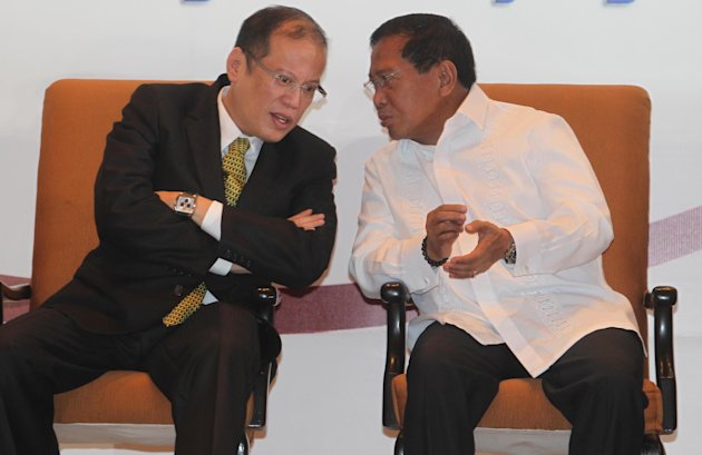 FILE PHOTO: President Benigno Simeon Aquino III speaks with Vice President Jejomar Binay. (NPPA Images)