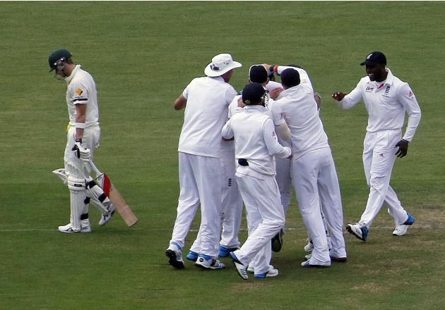 England's Panesar and teammates celebrate dismissing Australia's Smith during the first day's play in the second Ashes test in Adelaide
