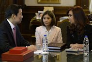 China's Vice President Li Yuanchao (L) and Argentine President Cristina Fernandez de Kirchner (R) pose for pictures during a working meeting at the Government Palace in Buenos Aires on May 10, 2013