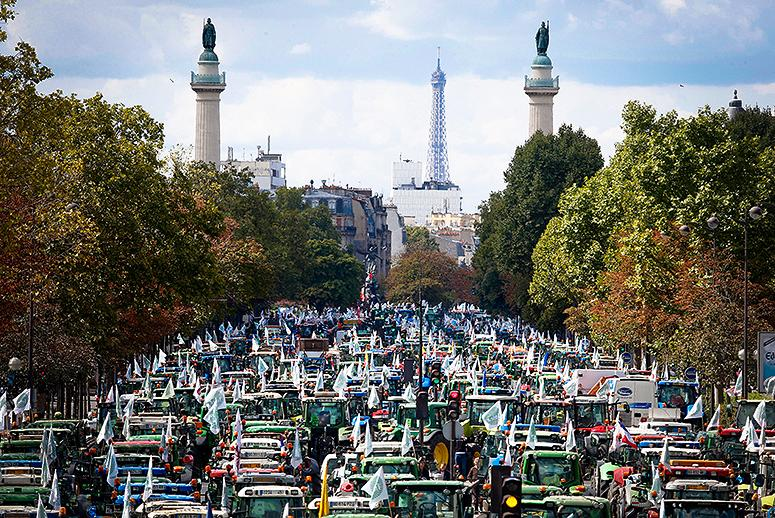 See What Paris Looks Like When Angry Farmers Drive 1,700 Tractors to Town