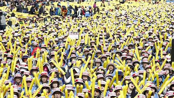 JHK0. Seoul (Korea), 28/03/2015.- South Korean government employees union protesters shout slogans during a rally against the government's pensions policy near the national assembly in Seoul, South Korea, 28 March 2015. Tens of thousands of protesters attended the demonstration against the government's pensions policy. (Protestas, Seúl) EFE/EPA/JEON HEON-KYUN