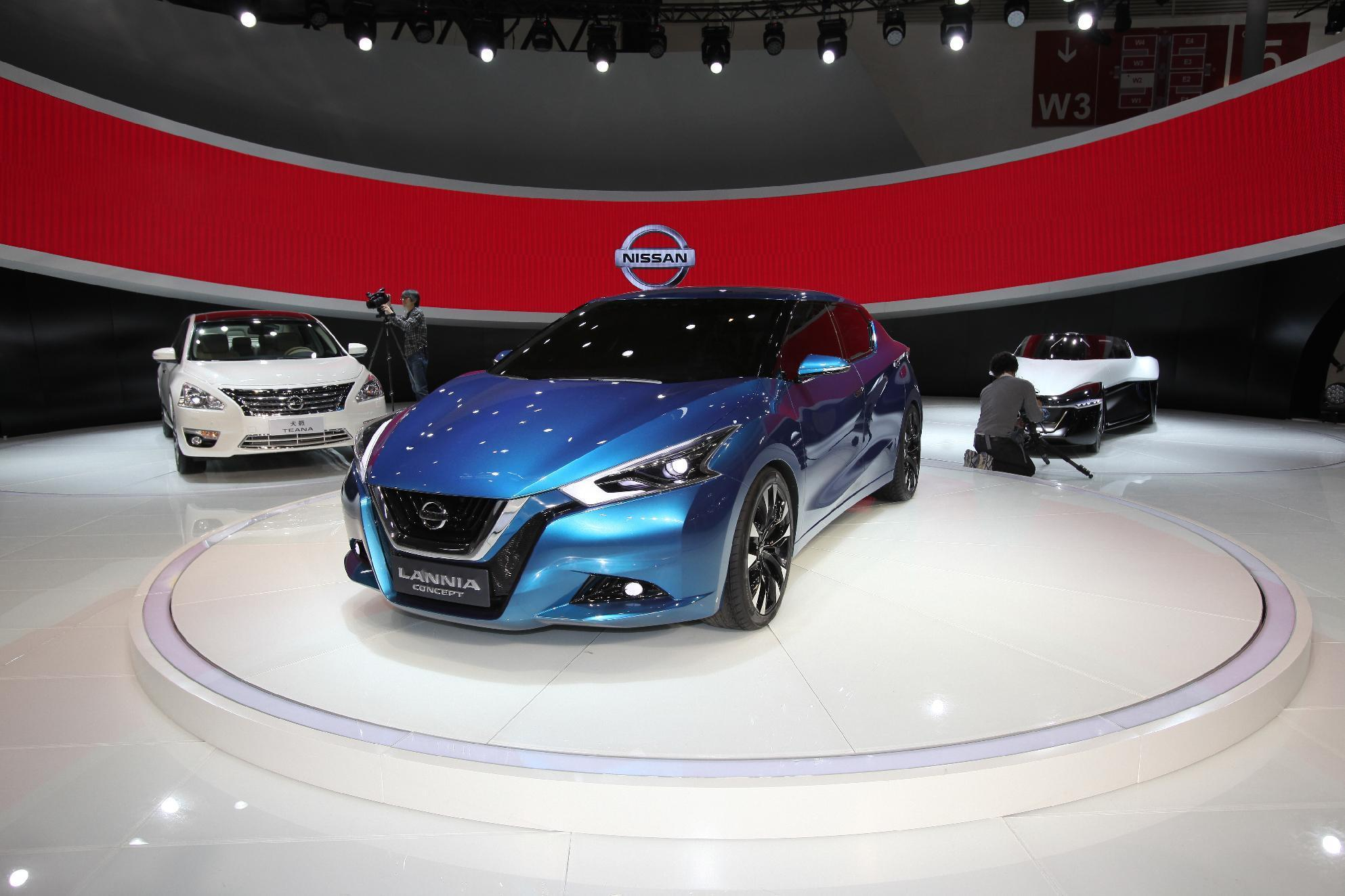 Carmakers race to China auto show despite market slowdown