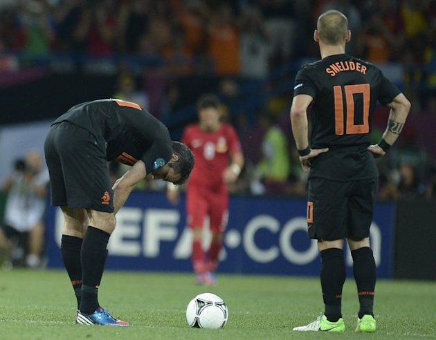 Dutch Midfielder Wesley Sneijder (R) And Dutch Forward Robin Van Persie Prepare To Kick Off    AFP PHOTO / FILIPPO AFP/Getty Images