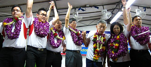 Potong Pasir stands behind Chiam See Tong (third from right) as he runs for Bishan-Toa Payoh GRC. (Yahoo! photo/ Ewen Boey)