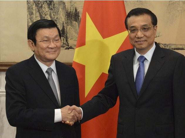 Vietnamese President Tan Sang shakes hands with Chinese Premier Li at the Diaoyutai State Guest House in Beijing