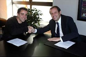 Xavi signs new Barcelona deal until 2016