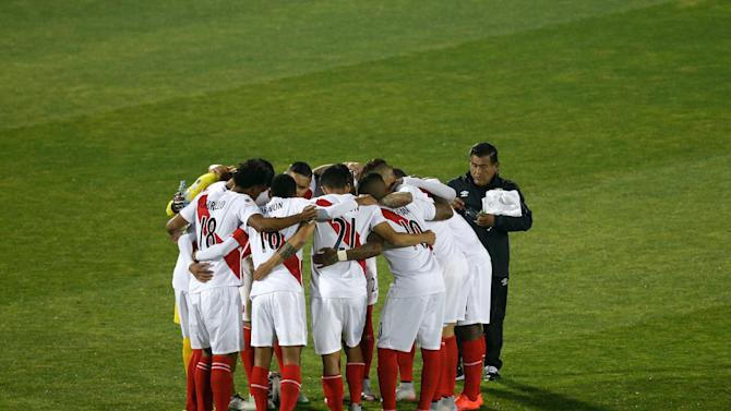 The players of  Peru gather on the pitch before a Copa America semifinal soccer match between Chile and Peru at the National Stadium in Santiago, Chile, Monday, June 29, 2015. (AP Photo/Jorge Saenz)