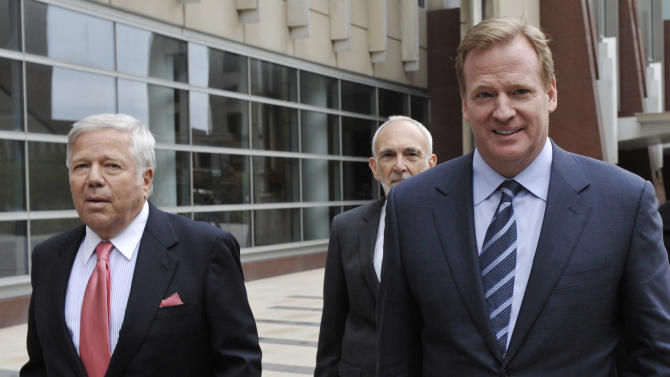 New England Patriots owner Robert Kraft, left, and NFL commissioner Roger Goodell, right, leave the federal courthouse along with NFL outside attorney Bob Betterman, center, Thursday, April 14, 2011, in Minneapolis where the NFL and its locked-out players began court-ordered mediation. This was the first meeting between the two sides since March 11, when the old collective bargaining agreement expired, the union dissolved and the lockout began. (AP Photo/Jim Mone)