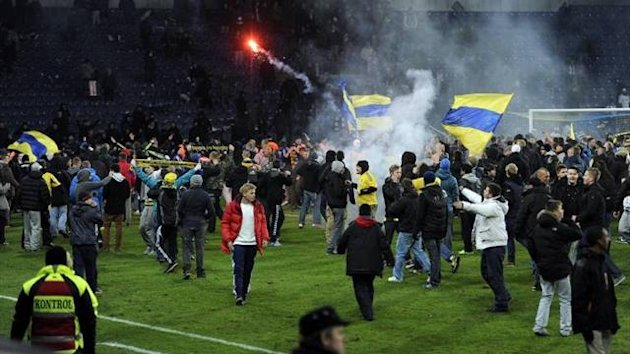 Brondby supporters storm the pitch (Imago)