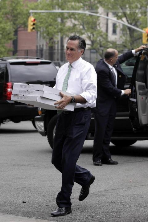 Mitt Romney con Rudy Giuliani alla NY Firehouse, ricordano il primo anniversario dell'uccisione di Osama bin Laden