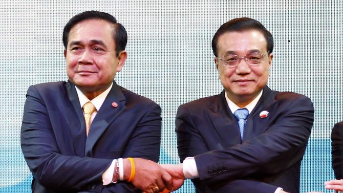 Thailand's Prime Minister Chan-ocha and China's Premier Li pose for photographers during Openning Ceremony of the 5th Greater Mekong Subregion (GMS) Summit at a hotel in Bangkok