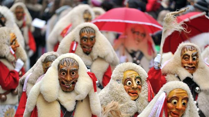 ULM01. Ulm (Germany), 25/01/2015.- Revelers wearing colorful costumes and masks march through downtown Ulm, Germany, 25 January 2015. Thousands of 'Haestraeger' (people in carnival costume) from the Swabian-Alemannic Fastnacht (Shrove Tuesday) took part in the 'Narrensprung' (lit. fools jump) event of the Ulm Narrenzunft (lit. fools guild). (Alemania) EFE/EPA/STEFAN PUCHNER