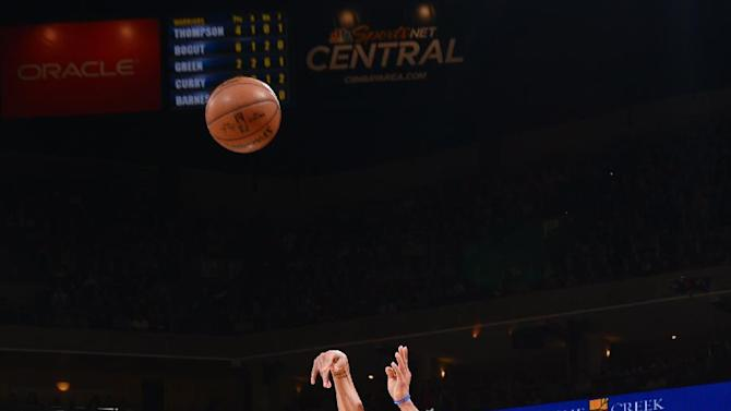 Curry breaks 3-point record, Warriors beat Blazers 116-105