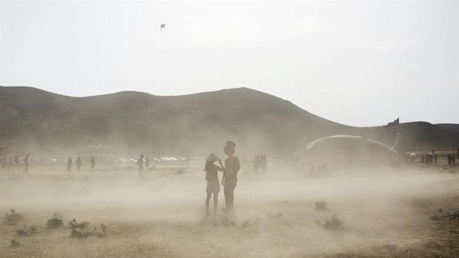 . Sde Boker (Israel), 22/05/2015.- A picture made available on 24 May 2015 shows festival goers walking in a cloud of sand during the Israel Midburn festival in the Negev desert southern Israel, 22 May 2015. About 6,000 people attended the colorful festival which is the Israeli version of the well known Burning man festival in Nevada, USA. (Estados Unidos) EFE/EPA/ABIR SULTAN NO COMMERCIAL SALES EDITORIAL USE ONLY