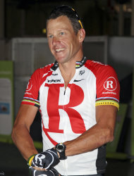 En esta foto del 24 de enero de 2011 aparece Lance Armstrong, antes de una carrera con fines benficos en Brisbane, Australia. El jueves 12 de julio de 2012, un legislador de Wisconsin consider que las acusaciones de dopaje al ex ciclista son una mera especulacin (AP Foto/Tertius Pickard, archivo)