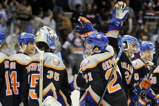 Grabner scores 2 in 3rd, to lift Isles