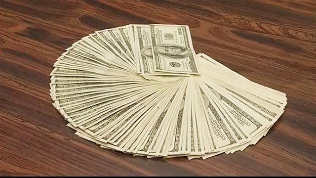 10-year-old boy finds $10,000 in hotel room