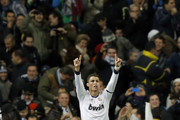 Cristiano Ronaldo del Real Madrid festeja tras marcar un gol ante el Atltico de Madrid en el partido de la liga espaola el sbado 1 de diciembre de 2012. (AP Foto/Daniel Ochoa de Olza)