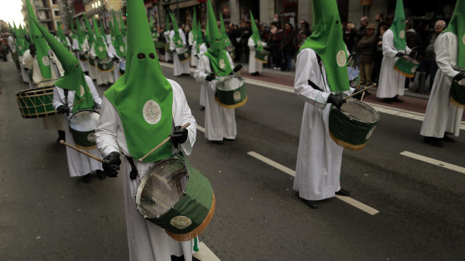 """Penitents of the """"Las Siete Palabras"""" brotherhood take part in the procession of """"La Soledad"""" during Holy Week in Madrid, Spain, Saturday, March 30, 2013. Hundreds of processions take place throughout Spain during the Easter Holy Week. (AP Photo/Andres Kudacki)"""