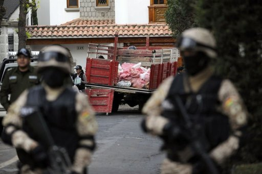 <p>Bolivian police commandos guard a truck loaded with mineral suspected of containing uranium in La Paz, on August 28, 2012. The stash of what was believed to be uranium was found to contain just 68 grams of the radioactive material, Bolivia's Interior Minister said.</p>