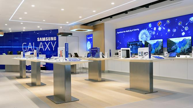 Here's what happens when a huge Apple fan visits a Samsung Galaxy store