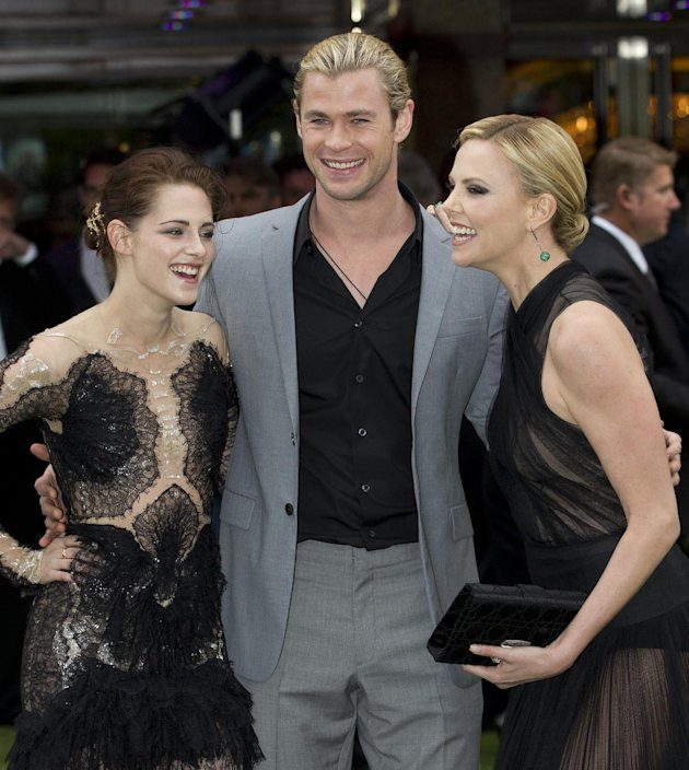Kristen Stewart, izquierda, Charlize Theron, derecha y Chris Hemsworth en el estreno mundial de &quot;Blanca Nieves y el Cazador&quot; (&quot;Snow White and the Huntsman&quot;) en Londresl el lunes 14 de mayo de 2012. (F