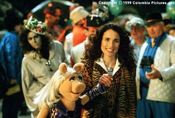 Miss Piggy and Andie MacDowell in Muppets From Space