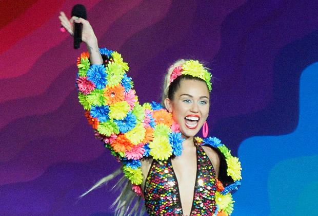 Miley Cyrus Hosts the 2015 MTV VMAs: Grade Her Cameo-Filled Opener