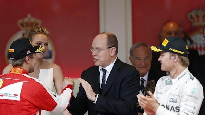 VAL132. Monte Carlo (Monaco), 24/05/2015.- Prince Albert II of Monaco (C) and his wife, Princess Charlene (2-L) congratulate second placed, German Formula One driver Sebastian Vettel (L) of Scuderia Ferrari as winner German Formula One driver Nico Rosberg (R) of Mercedes AMG GP look on during the podium ceremony following the Monaco Formula One Grand Prix at the Monte Carlo circuit in Monaco, 24 May 2015. EFE/EPA/YOAN VALAT