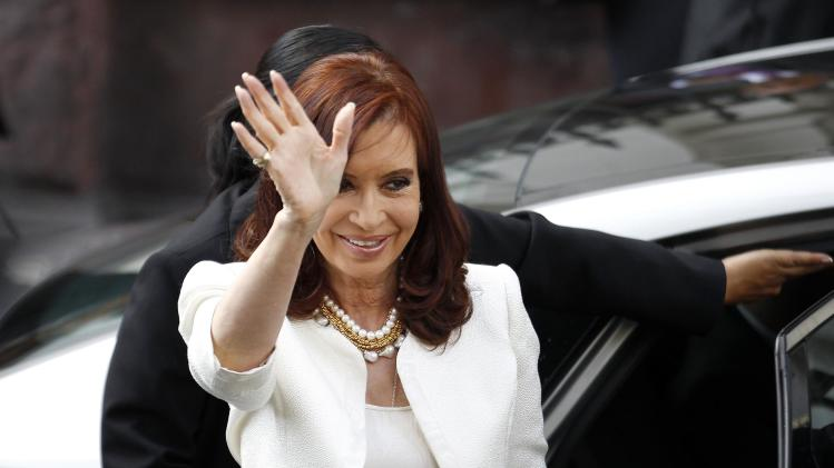 Kirchner waves to the media in Santiago
