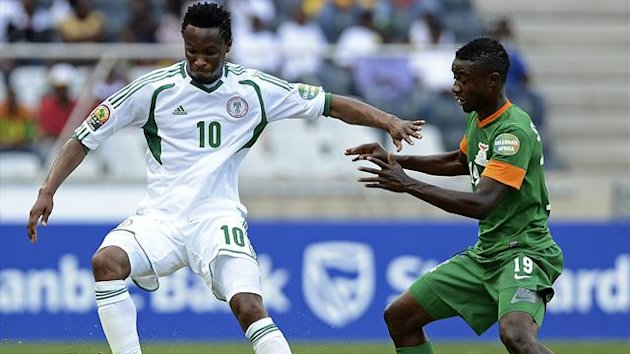 SOUTH AFRICA, Nelspruit : Zambia's midfielder Christopher Katongo (C) vies with Nigeria's defender Elderson Echiejile (L) and defender Kenneth Omeruo during their 2013 Africa Cup of Nations Group A football match on January 25, 2013
