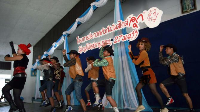 "Thai inmates perform PSY's ""Gangnam Style"" dance during a dancing competition at a prison in Bangkok, Thailand Tuesday, Nov. 27, 2012. The event was held to encourage inmates to exercise more and coincides with the South Korean rapper's concert which is to be held in Bangkok on Wednesday, Nov. 28, 2012. (AP Photo/Apichart Weerawong)"