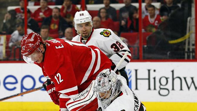 Shaw nets 2 goals; Blackhawks hold off Hurricanes in 3-1 win