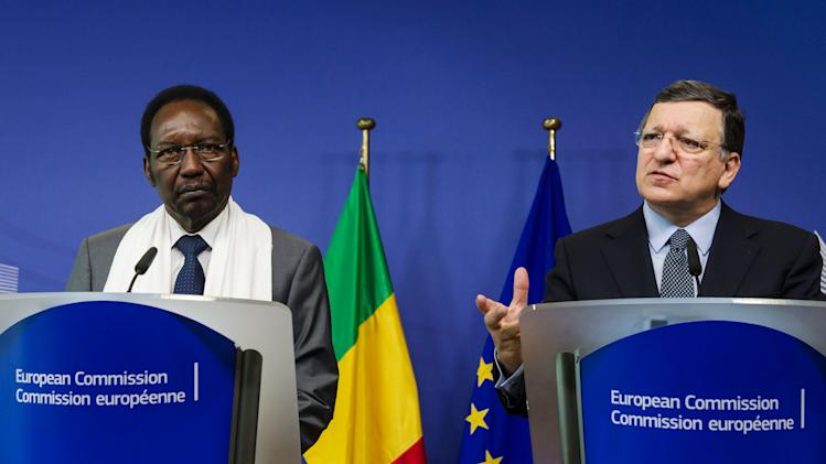 European Commission President Jose Manuel Barroso, right, and Mali's President Dioncounda Traore address the media after a meeting at the European Commission headquarters in Brussels on Tuesday May 14, 2013. (AP Photo/Geert Vanden Wijngaert)