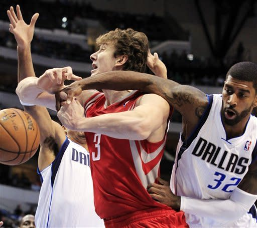 Brand helps Mavericks hold off Rockets 105-100