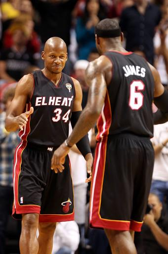 Heat win 17th straight, top 76ers 102-93