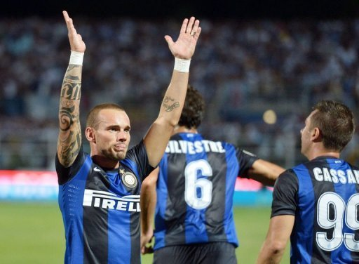 Inter Milan's Dutch midfielder Wesley Sneijder (L) celebrates with teammates after scoring