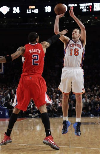 Knicks hold off Clippers to stay tied for 7th seed
